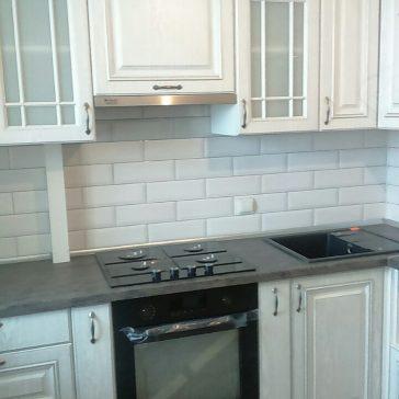 Кухня с фасадами из пленочного МДФ. Кухня с карнизами и витринами в дополнение с серебристой патиной подойдёт для классических интерьеров