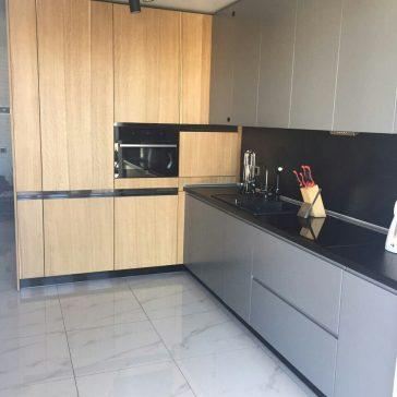 Кухня в стиле лофт с крашеными МДФ фасадами и шпонированными панелями,