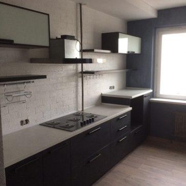 Разноуровневая кухня из итальянского ДСП Сleaf с массивными полками и лёгкими верхними шкафами с фасадами из стекла является отличным образцом современного дизайна и оригинального дизайнерского решения