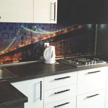 """Кухня с фотостеклом """"городской пейзаж"""""""