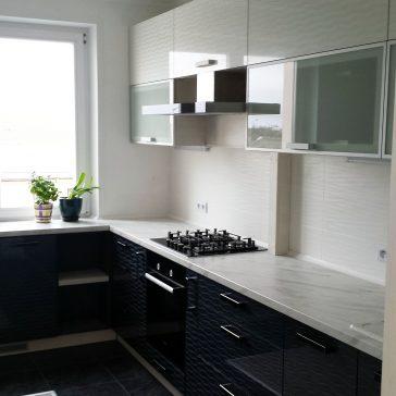 Угловая кухня с продолжением под окно