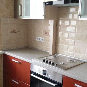 Уютная кухня с яркими глянцевыми фасадами из крашеного МДФ