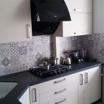 Кухня с фасадами UNG, матовая, столешница и мойка выполнены из искусственного