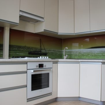 Кухня с фасадами из испанского акрила ALVIC, стеновая панель - фотопечать на закалённом стекле