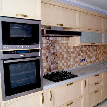Рамочные МДФ фасады GIZIR создают ощущение тёплой кухни и просторного помещения