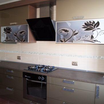 Ультрасовременная кухня с акцентом на верхние фасады с пескоструйным рисунком