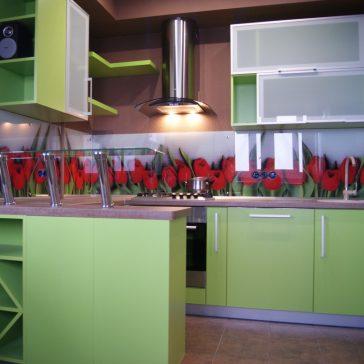Зелёная кухня из австрийского ДСП EGGER и барной стойкой из стекла