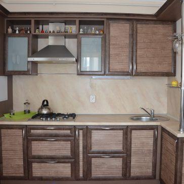 Рельефная кухня в деревенском стиле