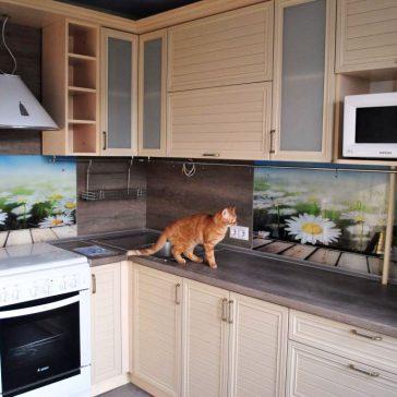 Оригинальная кухня с фасадами из наборной планки в сочетании со скинали с фотопечатью