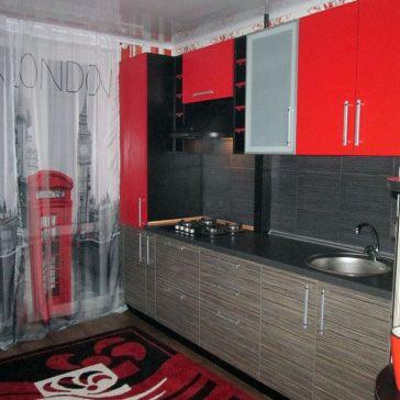 Кухня в красно-чёрных тонах из австрийского ДСП Egger, открытыми полками и с фасадами из лакомата