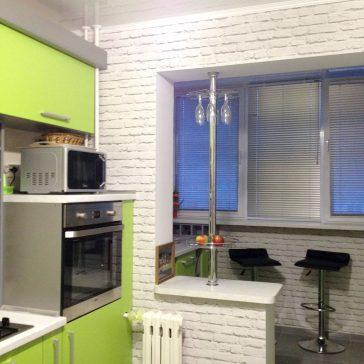 Кухня с имитацией барной стойки с яркими фасадами из ЛДСП