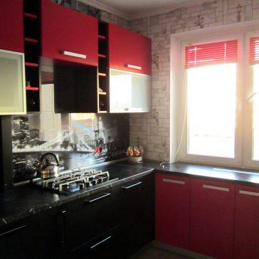 Красно-черная кухня из ЛДСП Egger с тематикой Нью-Йорк и столешницей, уходящей под подоконник