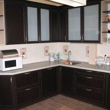 Темный рамочный МДФ в сочетании со ветлой столешницей создает выразительный контраст в кухонном интерьере
