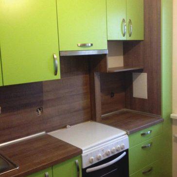 Мягкая цветовая гамма в сочетании с функциональной фурнитурой Blum делает маленькую кухню не только красивой, но и удобной