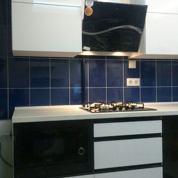 Чёрно-белая кухня с глянцевыми фасадами для современных интерьеров