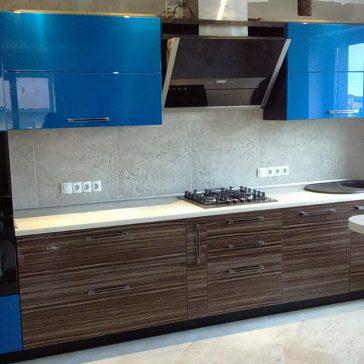 Яркий синий оттенок в сочетании с насыщенной древесной структурой. Глянцевые фасады из акрилового материала фирмы AGT