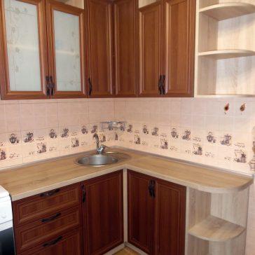 Рамочный МДФ Gizir подходит для классических интерьеров. Дополняется образ кухни ручками цвета старинной бронзы и пескоструйным рисунком на стекле лакомат