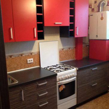 """Кухня из комбинированного ДСП - однотонный яркий верх и структурированный """"под древесину"""" низ"""