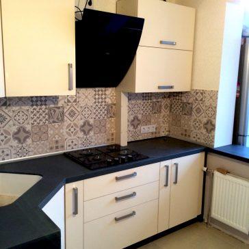 Монохромная стильная кухня с матовыми фасадами и столешницей из искусственного камня