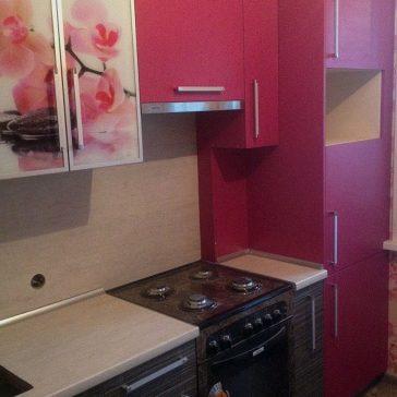 Насыщенный цвет кухни в сочетании с мягким оттенком столешницы и древесной структуры дополняется рисунком цветка на фотостекле. Основной материал кухни - ЛДСП