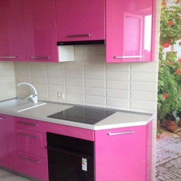 Кухня с яркими фасадами из крашеного МДФ - смелое решение для небольшой кухни