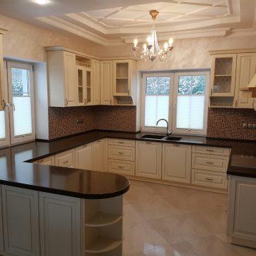 Кухня, выполненная в классическом стиле, с крашенными фасадами из МДФ.