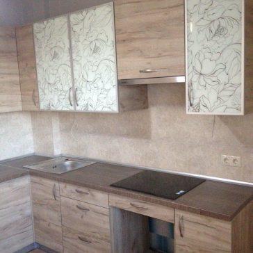 Кухня древесной структуры с фасадами из фотостекла