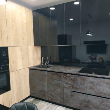 Стильная угловая кухня с нижними фасадами и столешницей из керамогранита Laminam.