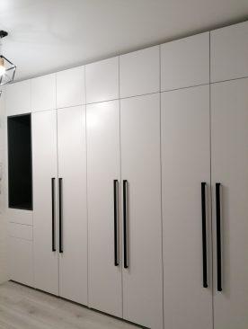 Встроенные шкафы для прихожей с фасадами из крашенного МДФ.