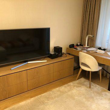 Тумба под телевизор со шпонированными фасадами в комплекте со столом