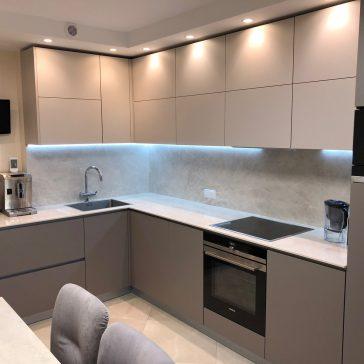 Угловая кухня с матовыми фасадами Alvic Zenit и профильной ручкой Gola. Столешница Laminam толщиной 12 мм.