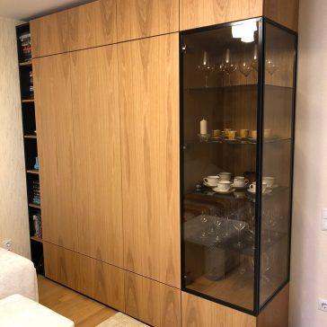 Шкаф со стеклом и шпонированными фасадами.ф