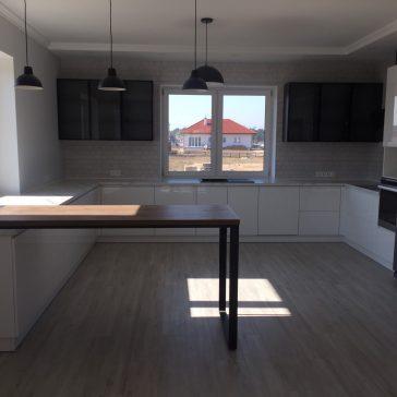П-образная кухня с барной стойкой, с фасадами из крашенного МДФ .