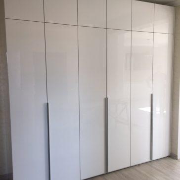 Вместительные шкафы для просторной прихожей с глянцевыми фасадами из плиты Evogloss .