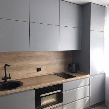 Прямолинейная кухня с фасадами из крашенного МДФ