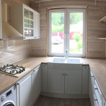 П-образная кухня для дачного домика с фасадами из пленочногог МДФ .