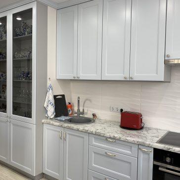 Угловая кухня из крашенного МДФ в классическом стиле.