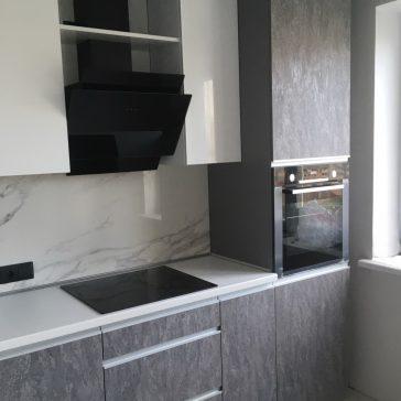 Современная кухня с гляневыми фасадами из МДФ фирмы Evogloss и фасадами из ЛДСП Alvic Syncron.