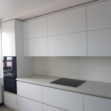 Прямая кухня с фасадами из МДФ и ручкой-профилем Gola.